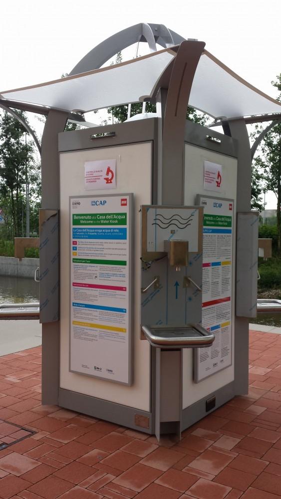 """Der er 32 """"vand-huse"""" rundt omkring på EXPO2015-arealet. Her kan du fylde din medbragte vandflaske, og vælge mellem postevand og vand med brus"""