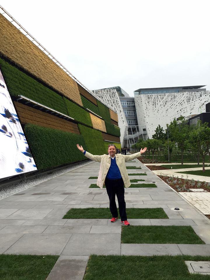 Her står Anders langs Israels pavillon, der har en imponerende lodret plantevæg - faktisk et tema, som man også kan se på den ene side af USAs pavillon.