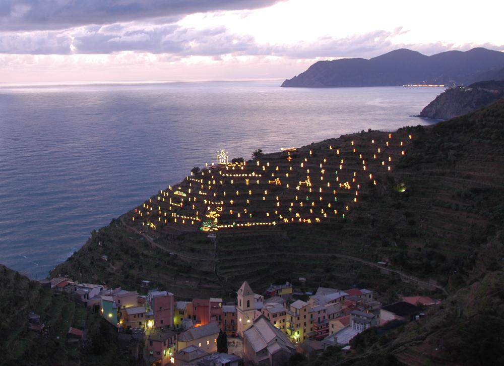 Manarola i 5 Terre i Ligurien praler af verdens største julekrybbe. Den består af elektriske silhouetter. Julekrybben er normalt tændt fra 8. december til Haellig Tre Kongersdag den 6. januar.