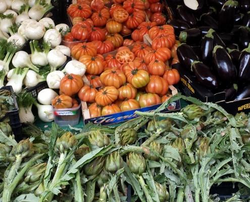 ...på det lokale marked i kvarter bugner det med årstidens grøntsager, men ikke mange af dem får plads på almindelige restauranters menukort...