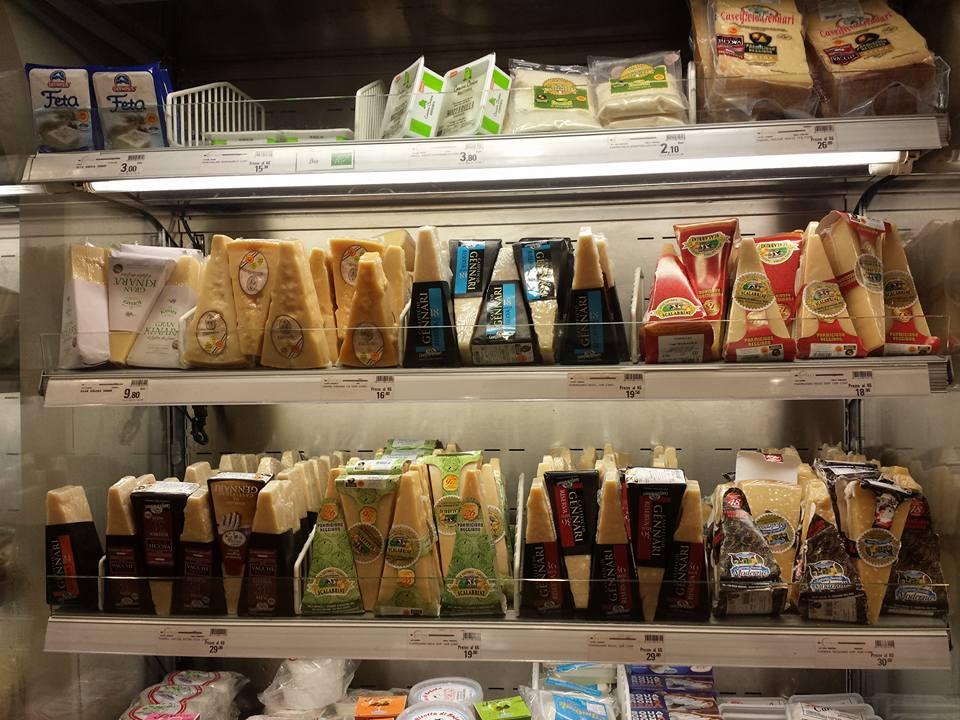 Udvalget af Parmigiano Reggiano i kølediske hos Eataly i Genova den 31. maj 2016. Her er noget for enhver smag, også med mælk fra de rde køer...