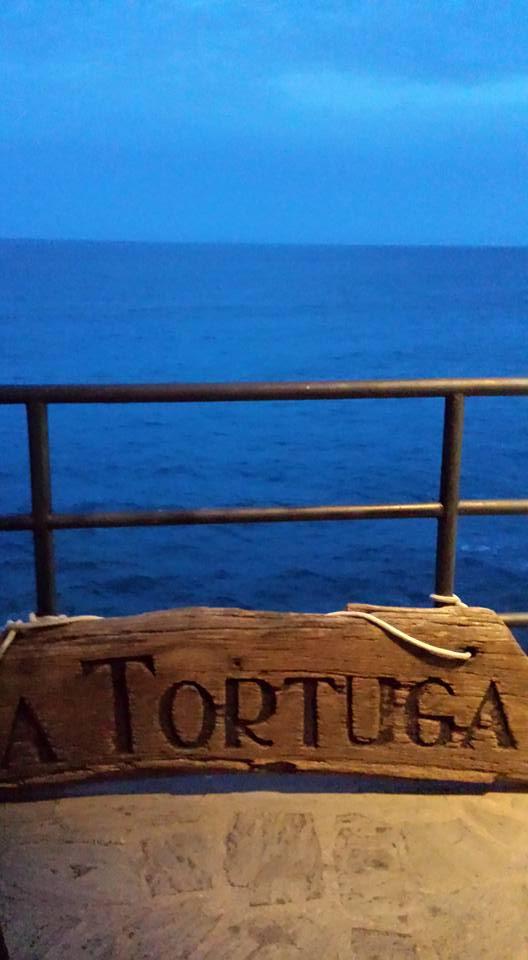 Man skal ned af trappen og hen langs ydersiden af fæstningen for at komme ned til restaurant Tortuga